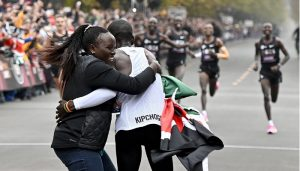 Kipchoge hugging his family